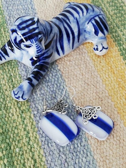 Photo of Серьги из стекла витражные в технике фьюзинг бело-синие