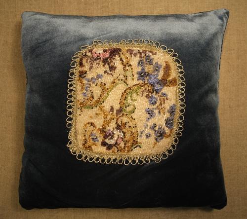 Photo of Декоративная подушка с цветочным орнаментом